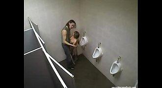 Camara oculta, se la coje en el baño