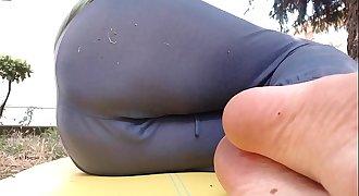 Distruggo i miei pantaloni da ginnastica in un giardino pubblico e li bagno completamente con la mia calda piscia