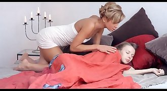 madre lesbiana masturba a su hija-chilenitas.net